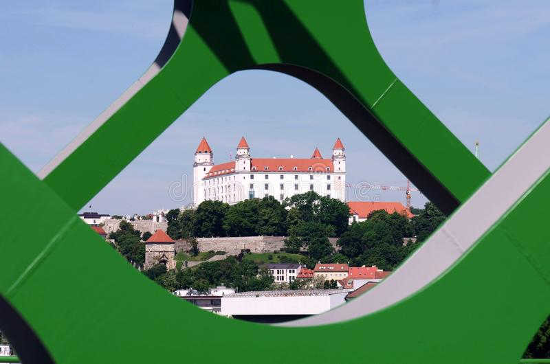 BRATISLAVA, ESLOVÁQUIA - 20 DE MAIO DE 2016: Vista da ponte velha nova de Bratislava (Stary mais) foto de stock royalty free