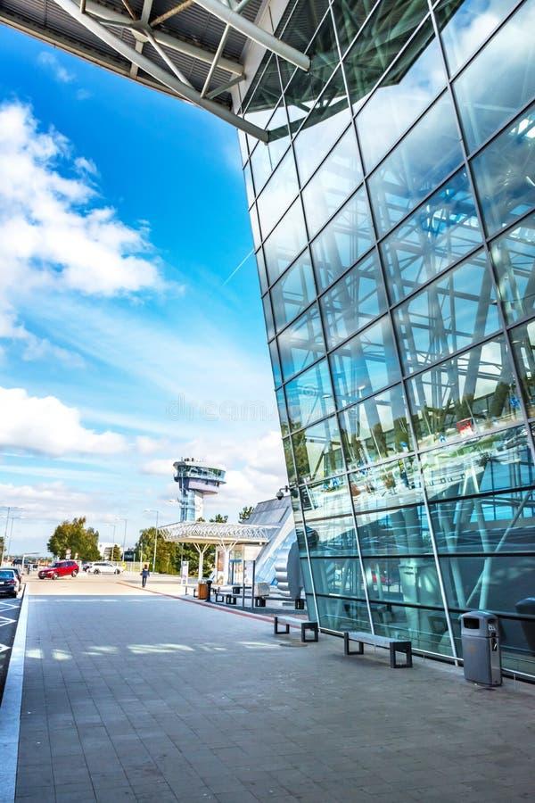 BRATISLAVA, ESLOVÁQUIA - 6 DE OUTUBRO DE 2019: Sidewalk em frente ao pavilhão de Chegadas do terminal do aeroporto de Bratislava  imagem de stock
