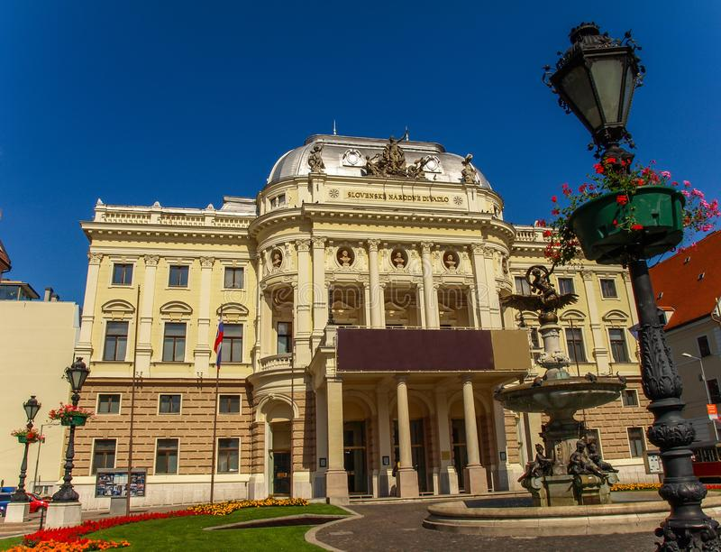 Bratislava, Eslováquia: Teatro nacional no quadrado de Hviezdoslav na cidade velha fotografia de stock