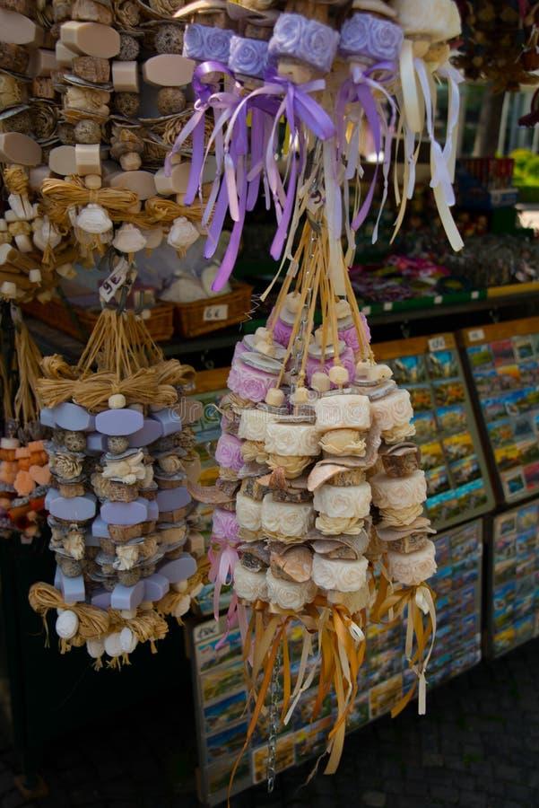 BRATISLAVA, ESLOVAQUIA: Accesorios hechos a mano y jabones herbarios naturales coloridos en una cuerda - recuerdo original de Esl fotos de archivo libres de regalías