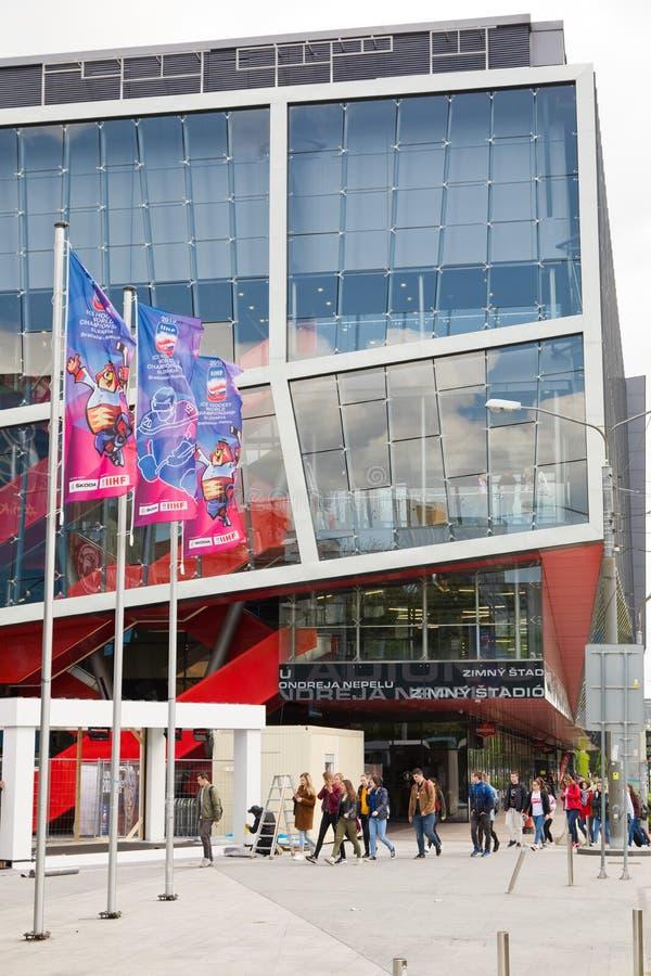 Bratislava, Eslovaquia - 7 de mayo de 2019: Banderas delante del estadio - 3 días antes del campeonato del mundo del hockey imagen de archivo