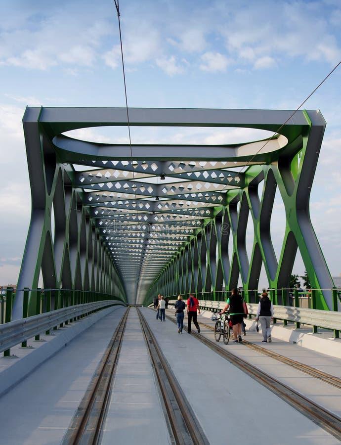 BRATISLAVA, ESLOVAQUIA - 20 DE MAYO DE 2016: Visión desde el nuevo puente viejo de Bratislava (Stary más) fotografía de archivo