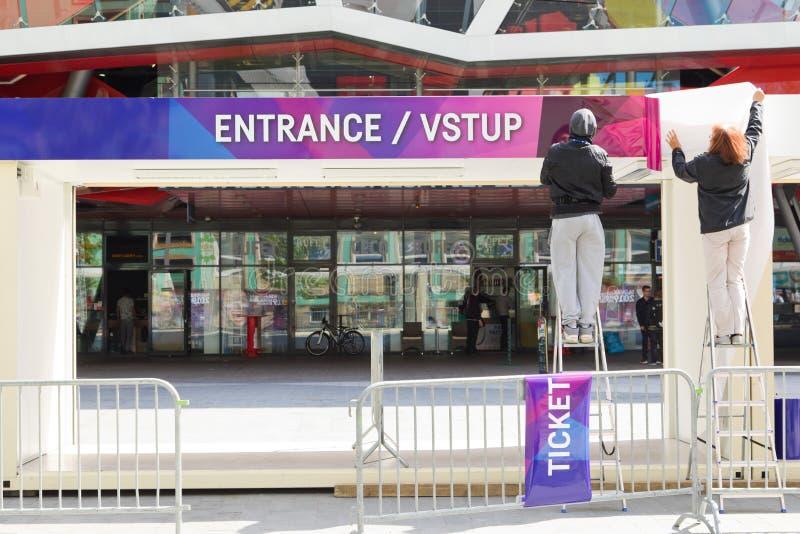 Bratislava, Eslovaquia - 7 de mayo de 2019: La preparaci?n incorpora las puertas - 3 d?as antes del campeonato del mundo del hock imagen de archivo libre de regalías