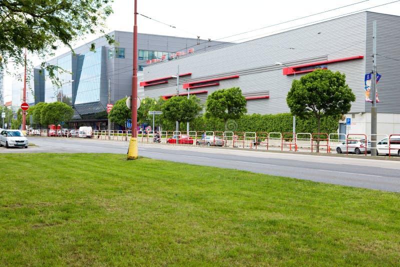 Bratislava, Eslovaquia - 7 de mayo de 2019: Pequeño estadio del hockey 3 días antes del campeonato del mundo del hockey foto de archivo