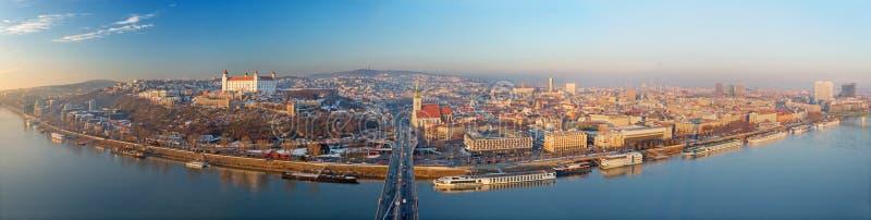 BRATISLAVA, ESLOVAQUIA, DICIEMBRE - 1, 2017: Horizonte panorámico de la ciudad del puente de SNP imagen de archivo libre de regalías