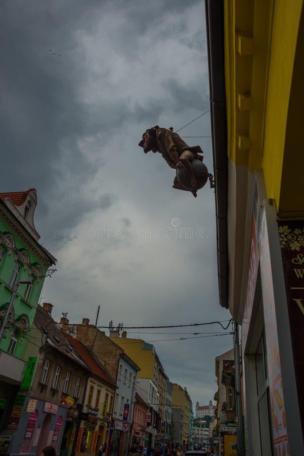 BRATISLAVA, ESLOVAQUIA: Escultura inusual en el tejado del edificio - un monumento a Baron Munchausen en la base foto de archivo libre de regalías