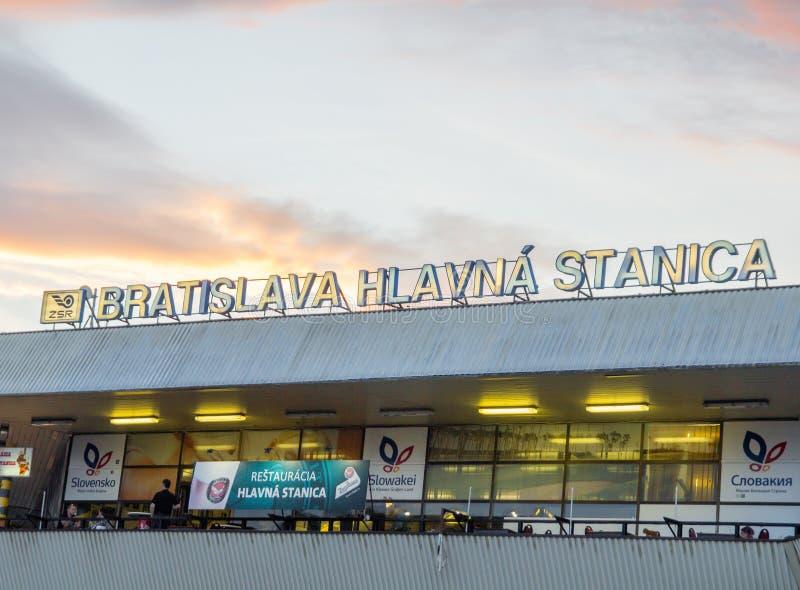 BRATISLAVA, ESLOVAQUIA - junio de 2018 - edificio del ferrocarril principal en Bratislava foto de archivo libre de regalías