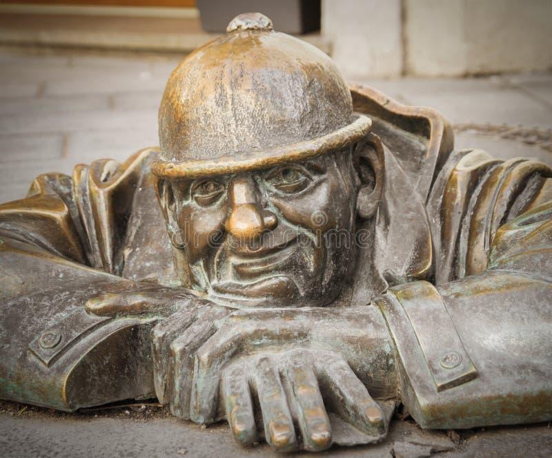 Bratislava, Eslovaquia, marzo de 2017: hombre famoso en el trabajo, estatua del trabajador de las aguas residuales en Bratislava foto de archivo