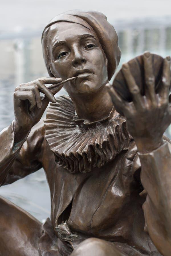 Bratislava, Eslovaquia - mayo de 2016: estatua de la mujer que aplica maquillaje en el centro comercial de Eurovea en Bratislava  imágenes de archivo libres de regalías