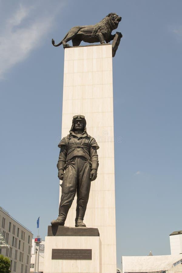 BRATISLAVA, ESLOVAQUIA - MAYO DE 2016: La estatua de general Milan Rastislav Stefanik fotografía de archivo
