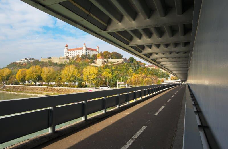 BRATISLAVA, ESLOVAQUIA, OCTUBRE - 27, 2016: El castillo del puente de SNP imágenes de archivo libres de regalías