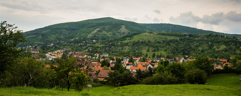 BRATISLAVA, ESLOVAQUIA: Paisaje hermoso con las colinas, los árboles, los prados y las casas del pueblo cerca de la fortaleza Dev fotografía de archivo