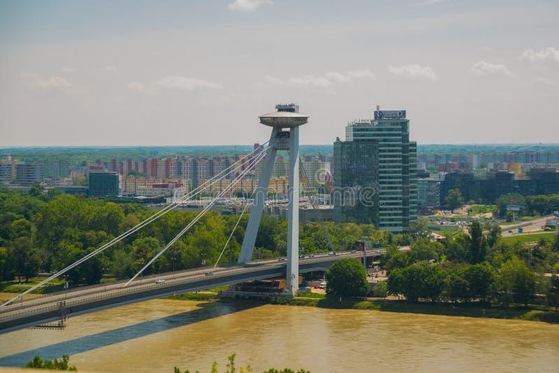 Bratislava, Eslovaquia: Puente del UFO sobre el río Danubio en Bratislava Paisaje hermoso con las vistas de la ciudad desde arrib imágenes de archivo libres de regalías