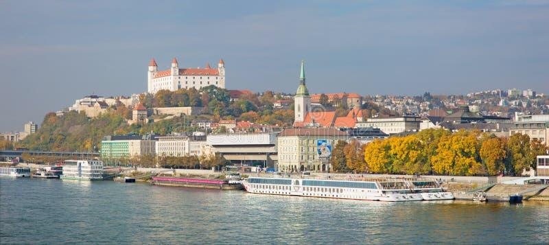 Bratislava - il lungomare, la cattedrale ed il castello - panorama fotografia stock