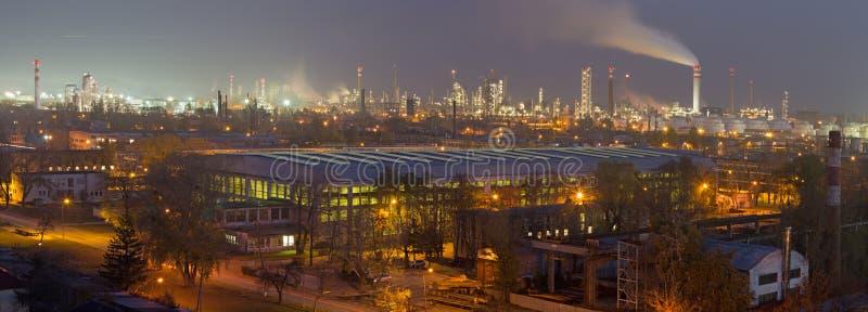 Bratislava - il panorama della raffineria di petrolio Slovnaft in Slovacchia nel crepuscolo di sera fotografie stock libere da diritti