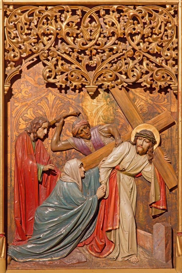 Bratislava - Jezus pod krzyżem spotyka jego matki. Rzeźbiąca ulga od 19. cent.in st. Martin katedry. obrazy stock