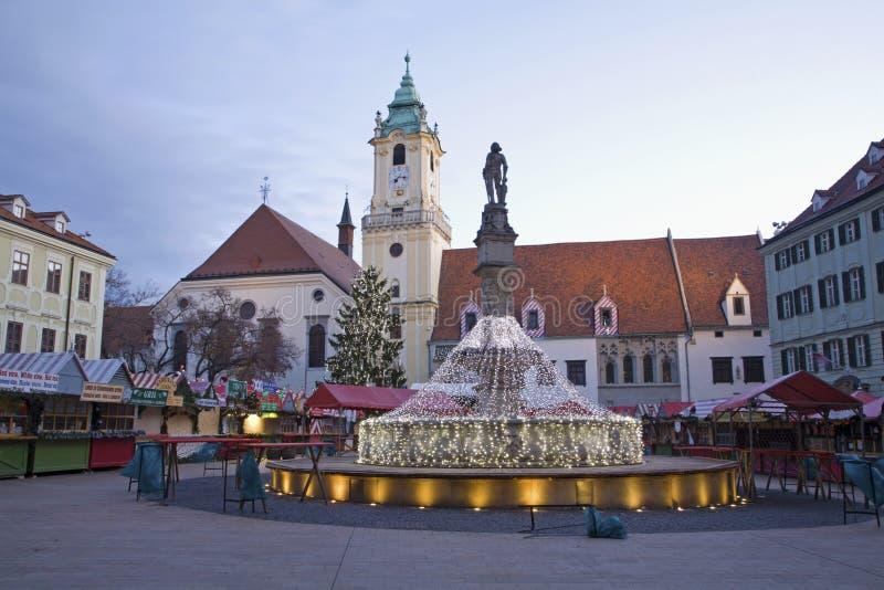 Bratislava - julen marknadsför på det huvudsakligt kvadrerar i morgon arkivfoto