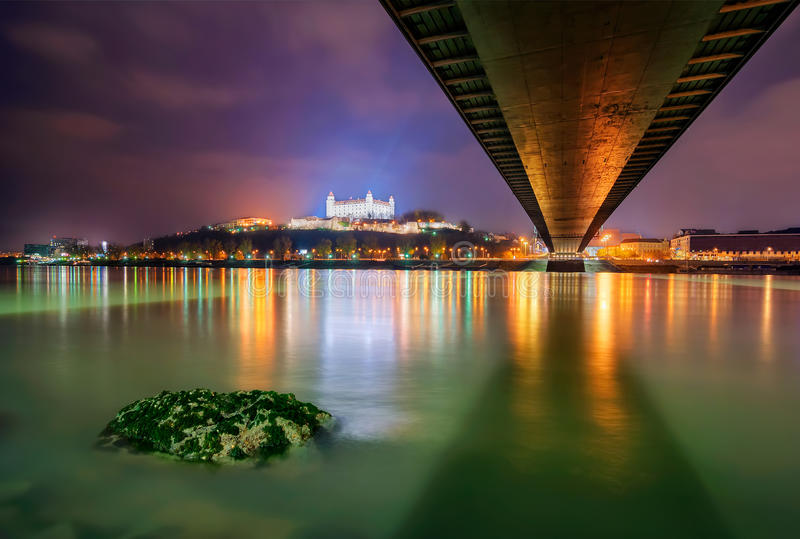 Bratislava kasztel w stolicie Sistani, Bratislava Piękny nocy odbicie podczas zima czasu obrazy stock