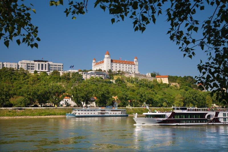 Bratislava - la costruzione del Parlamento e del castello immagine stock libera da diritti