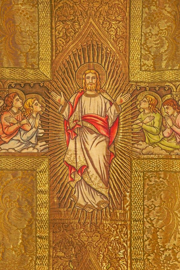 Bratislava - Needelwork jezus chrystus z aniołami na katolickim vestment od 19 cent w st oknówkach katedralnych zdjęcia royalty free