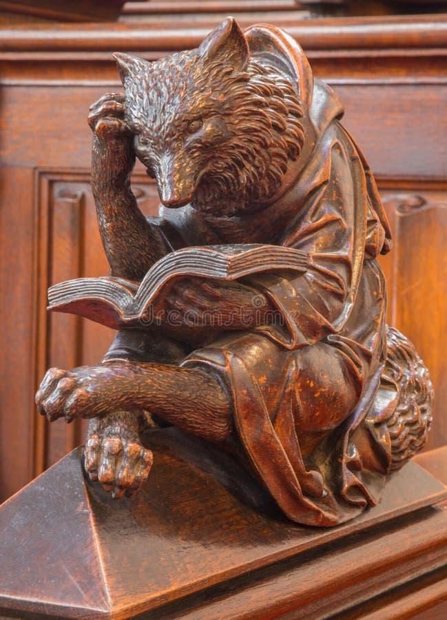 Bratislava - orso a leggere scultura scolpita simbolica dal banco nella cattedrale di mattutino della st fotografia stock