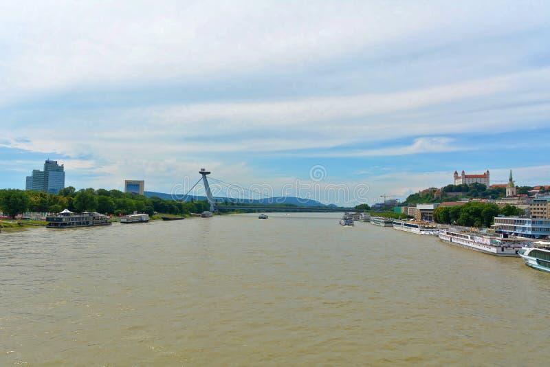 Bratislava - panorama con bridg, lungomare, la cattedrale ed il castello fotografie stock libere da diritti