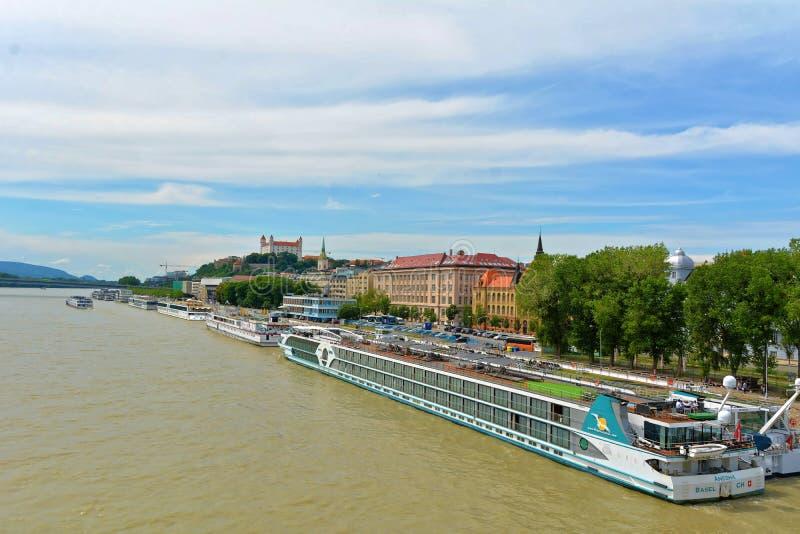 Bratislava - panorama oude gebouwen met kasteel royalty-vrije stock afbeelding