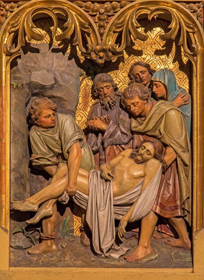 Bratislava - pogrzeb Jezusowa scena. Rzeźbiąca ulga od 19. centu. w st. Martin katedrze. fotografia royalty free
