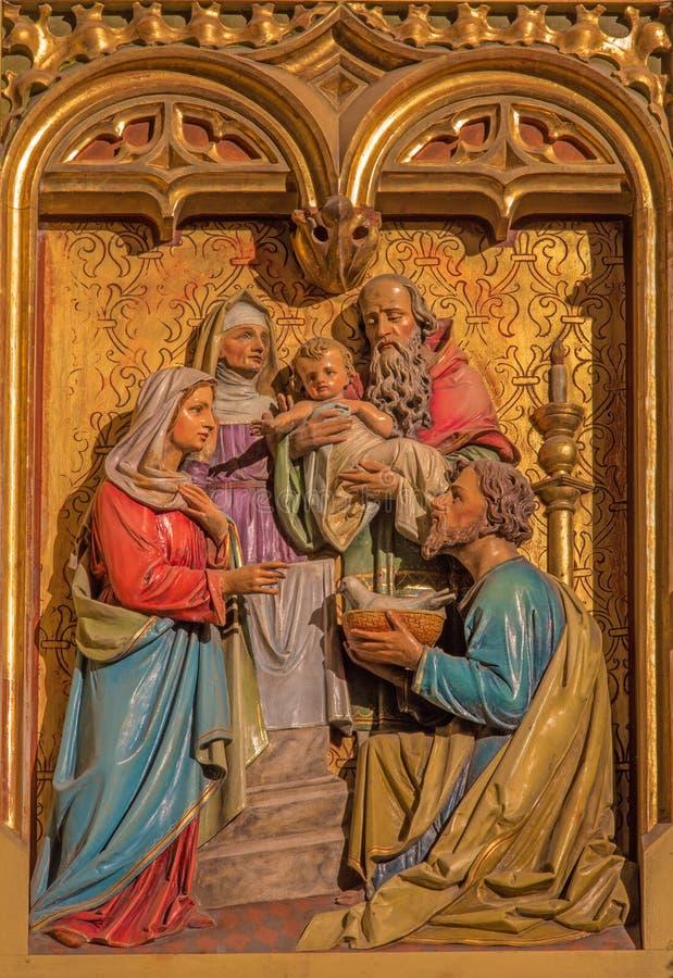 Bratislava - prezentacja Jezus w Świątynnej scenie. Rzeźbiąca ulga od 19. centu. w st. Martin katedrze. zdjęcia stock