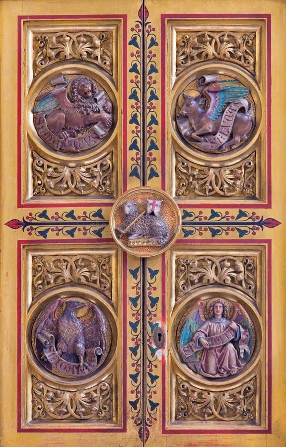 Bratislava - quatre symboles d'évangélistes. Soulagement découpé de tabernacle d'autel principal. du cent 19. dans la cathédrale d photographie stock