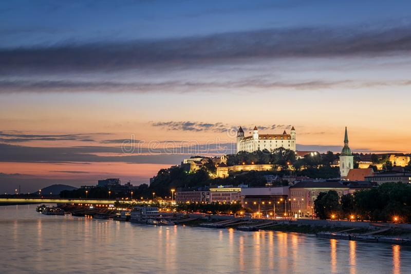 Bratislava slott i huvudstad royaltyfri foto