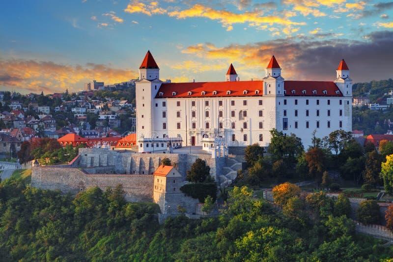 Bratislava slott på solnedgången, Slovakien royaltyfri bild