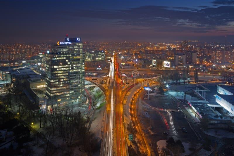 BRATISLAVA, SLOVACCHIA, 1 DICEMBRE AL 2017: L'orizzonte della città a partire dalla notte della formica del ponte di SNP - stabil fotografia stock libera da diritti