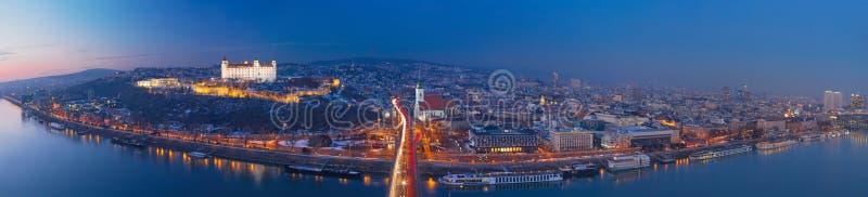 BRATISLAVA, SLOVACCHIA, 1 DICEMBRE AL 2017: L'orizzonte panoramico della città da SNP getta un ponte su al crepuscolo immagini stock