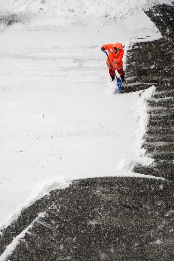 BRATISLAVA, SLOVACCHIA, 3 DICEMBRE AL 2010: L'uomo a rimozione di neve immagini stock
