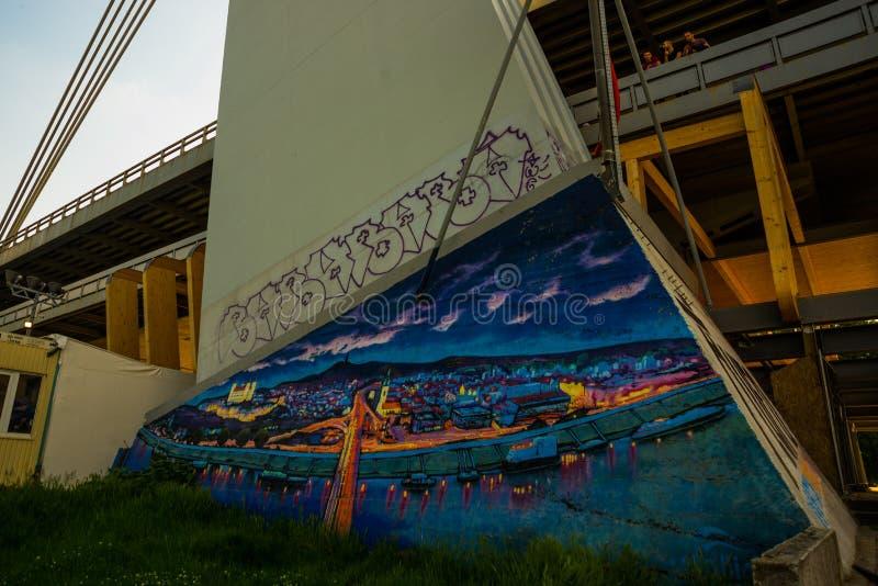 Bratislava, Slovacchia graffiti Vista del Danubio e di nuovo ponte a Bratislava fotografie stock