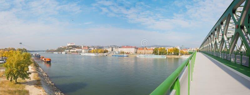 BRATISLAVA, SLOVACCHIA, 27 OTTOBRE AL 2016: Il panorama con i ponti, il lungomare, la cattedrale ed il castello fotografia stock