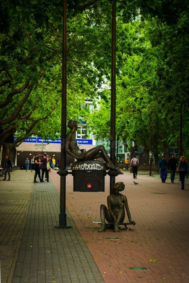Bratislava, Slovacchia: statua che segna la prima cassetta delle lettere slovacca Una scultura di due ragazze - postini che lavor fotografie stock libere da diritti