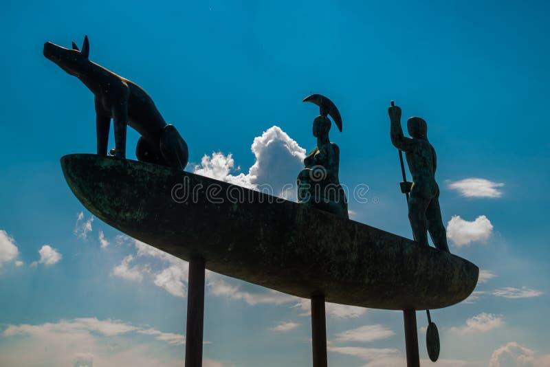 Bratislava, Slovacchia: Un monumento insolito e bello sul lungomare, la scultura è chiamato la nave mistica fotografia stock libera da diritti