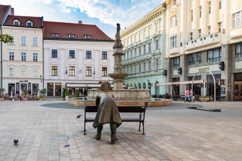 BRATISLAVA SLOVAKIEN - AUGUSTI 20 2018: Brons statyn av en soldat som lutar på huvudsaklig fyrkant i Bratislava arkivbild