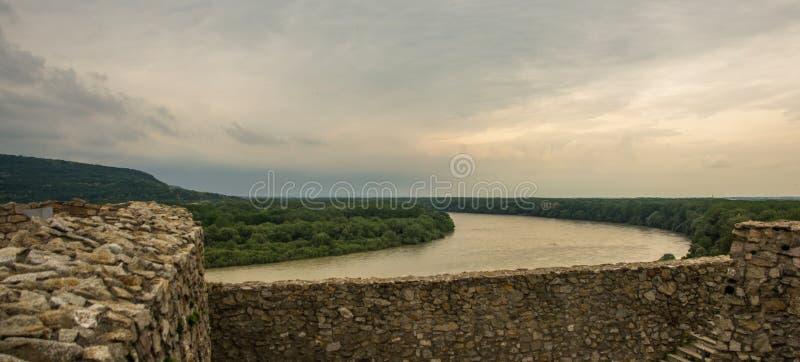 BRATISLAVA SLOVAKIEN: Härligt landskap med den Devin slotten, mountais och Danube River royaltyfri fotografi