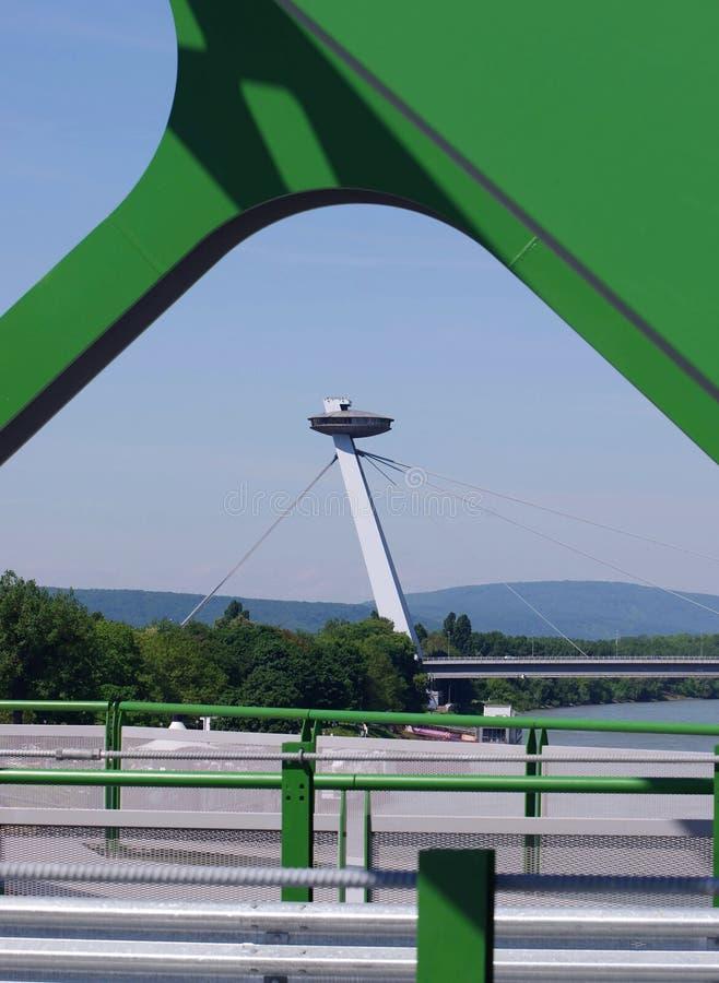 BRATISLAVA SLOVAKIEN - MAJ 20, 2016: Sikt från Bratislavas nya gamla bro (Stary mest) arkivfoto