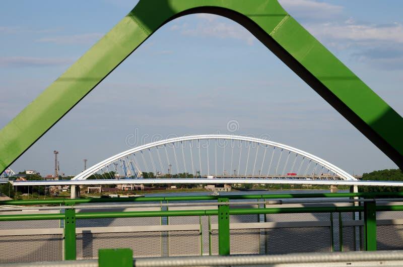 BRATISLAVA SLOVAKIEN - MAJ 20, 2016: Sikt från Bratislavas nya gamla bro (Stary mest) arkivbilder
