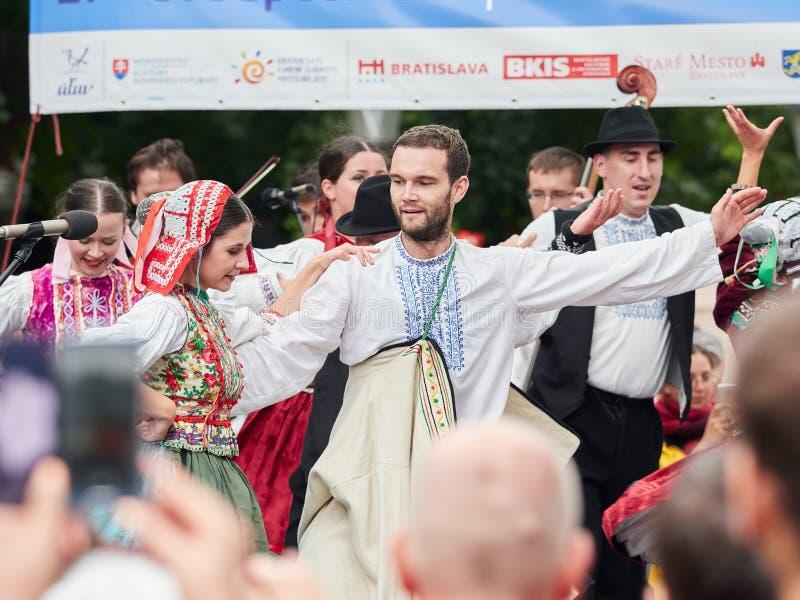 BRATISLAVA SLOVAKIEN - SEPTEMBER 1, 2017 Dansare som dansar i traditionell slovakisk kläder i Bratislava, Slovakien arkivbilder