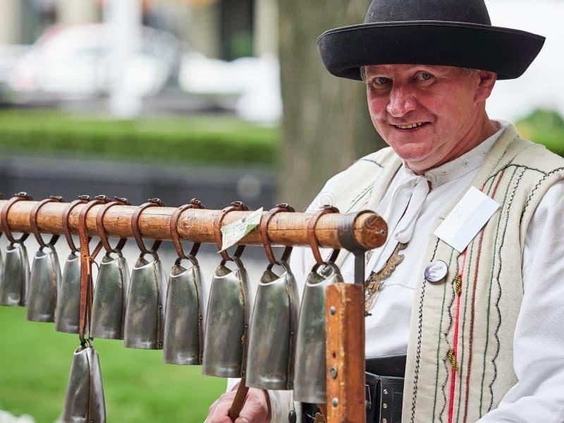BRATISLAVA SLOVAKIEN - SEPTEMBER 1, 2017 Den slovakiska kon sätter en klocka på tillverkaren i Bratislava, Slovakien royaltyfri fotografi