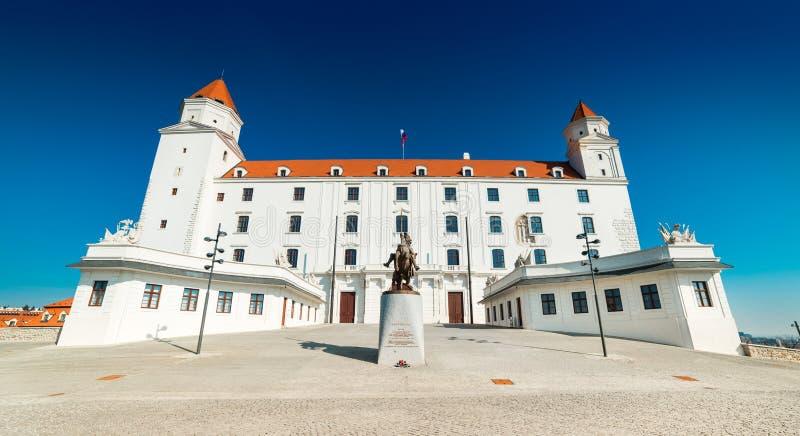 Bratislava Slovakien: Sikt av den Bratislava slotten, den huvudsakliga gränsmärket av Slovakien huvudstaden royaltyfri bild