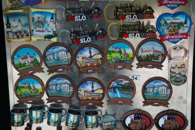 BRATISLAVA, SLOVAQUIE : Aimants de souvenir de Bratislava Produits de cadeaux pour des touristes sur le marché photos stock