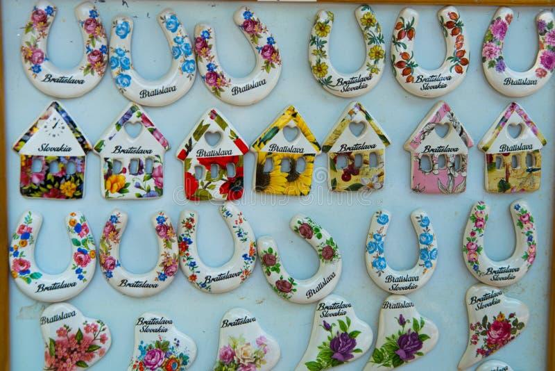 BRATISLAVA, SLOVAQUIE : Aimants de souvenir de Bratislava Produits de cadeaux pour des touristes sur le marché photos libres de droits