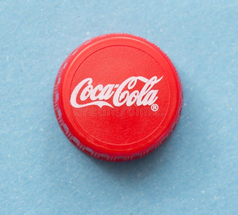Bratislava, SLOVAQUIE avril 2018 : Photo illustrative de capsule de Coca Cola sur le fond bleu image libre de droits