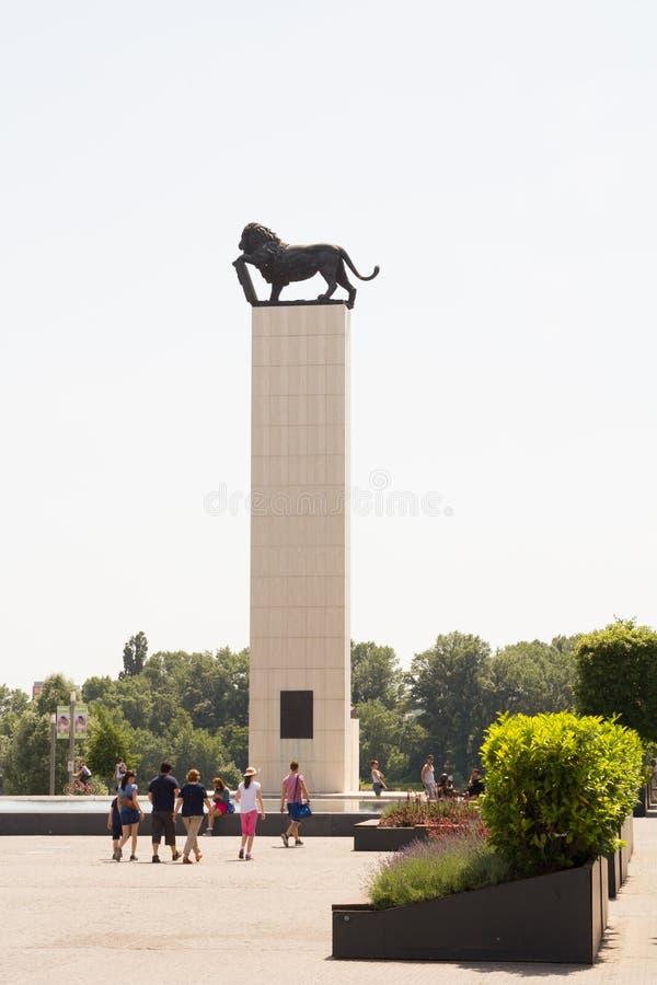 BRATISLAVA, SLOVAQUIE - avril 2016 - statue guidée de lion de touristes à Bratislava image libre de droits